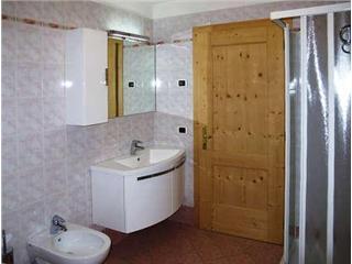 BAGNO CON LAVATRICE E DOCCIA - Bagno spazioso con lavatrice e doccia